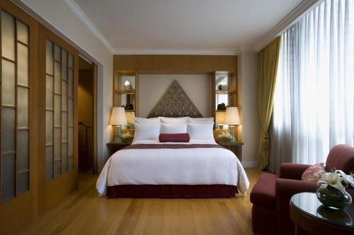 A bed or beds in a room at Marriott Executive Apartments Mayfair Bangkok