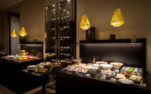 Een restaurant of ander eetgelegenheid bij Grand Hotel La Cloche Dijon - MGallery