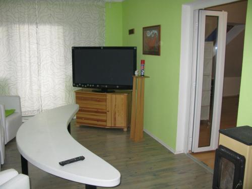 Televízia a/alebo spoločenská miestnosť v ubytovaní Privát na Sihoti 1