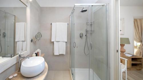 A bathroom at Gabbiano Azzurro Hotel & Suites