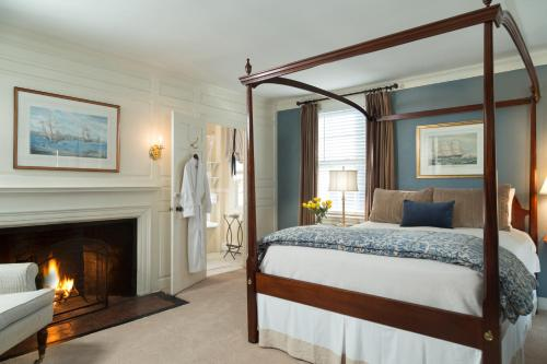 A bed or beds in a room at Harbor Light Inn