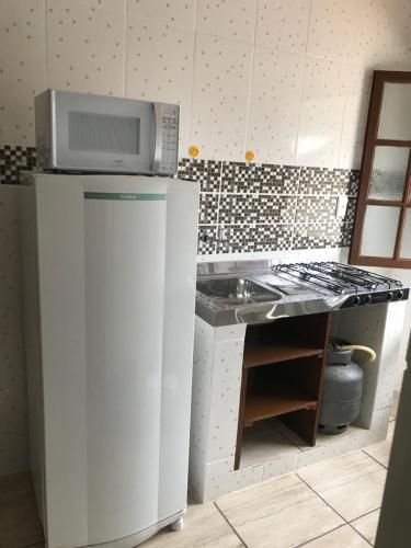 A cozinha ou cozinha compacta de Kitnet em Garatucaia Fundos