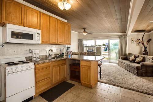 A kitchen or kitchenette at Beachwood Condos & Resort