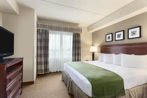 A bed or beds in a room at Country Inn & Suites by Radisson, Buffalo South I-90, NY