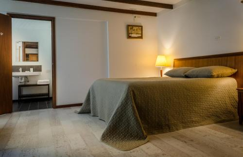 A bed or beds in a room at Sienna Lodge And Winery
