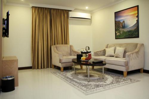 Uma área de estar em Almuhaidb Residence Al Jubail