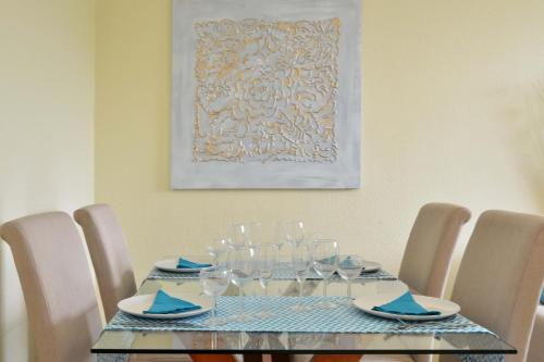 A restaurant or other place to eat at Encarnação House