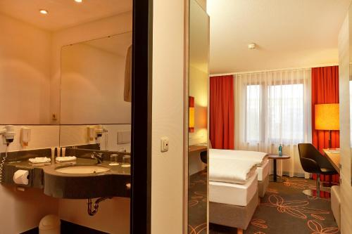 A bathroom at H+ Hotel Hannover