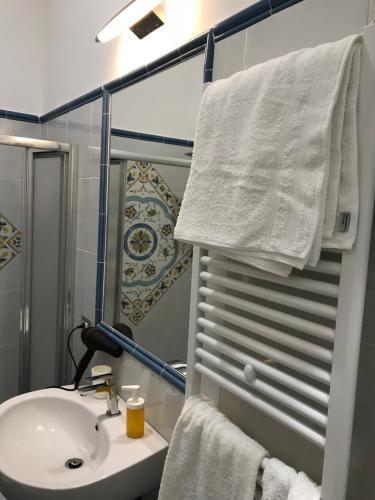 A bathroom at B&B Le Marinelle