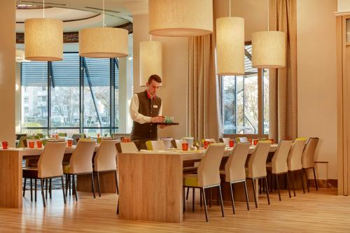 A restaurant or other place to eat at H4 Hotel Hannover Messe