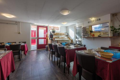 A restaurant or other place to eat at Hotel Randenbroek