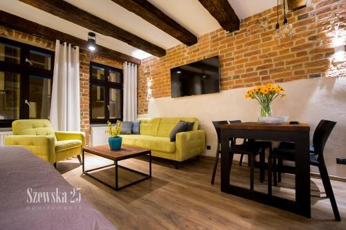 A seating area at Apartamenty Szewska 25