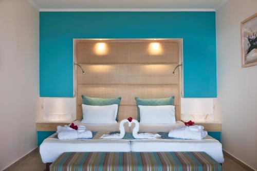 A bed or beds in a room at ROBINSON Daidalos