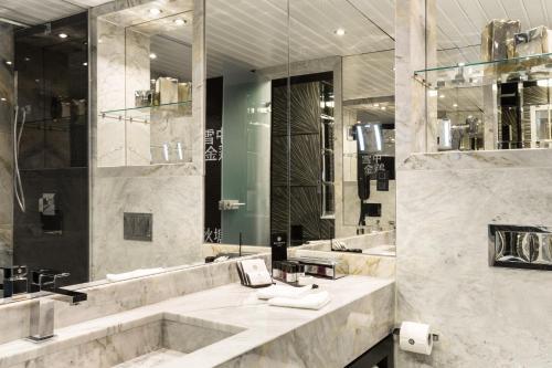A bathroom at Hotel Marinela Sofia