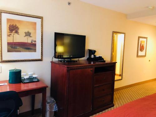 A television and/or entertainment center at Queens County Inn and Suites