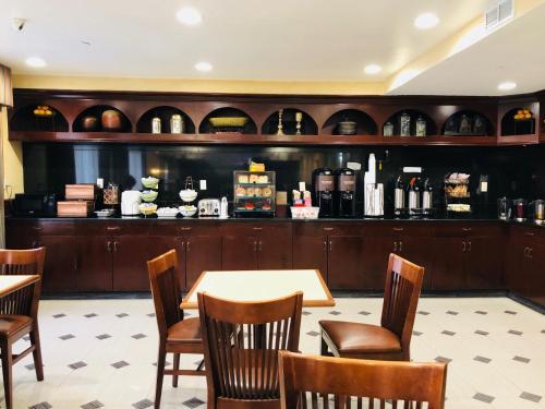 Restaurant ou autre lieu de restauration dans l'établissement Queens County Inn and Suites