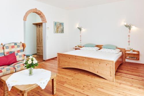 Ein Bett oder Betten in einem Zimmer der Unterkunft Hotel Garni Schöne Aussichten