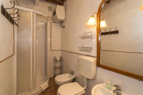 A bathroom at B&B Due Borghi