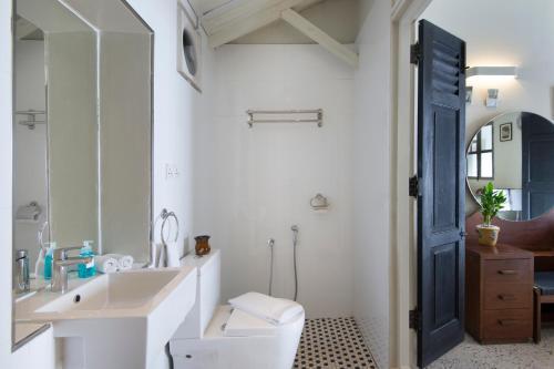 A bathroom at Noordin Mews