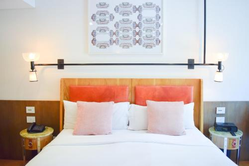 A bed or beds in a room at Hotel Palermitano by DecO