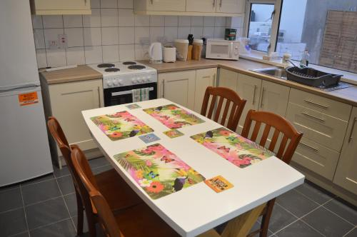 A kitchen or kitchenette at The Comfy Cottage