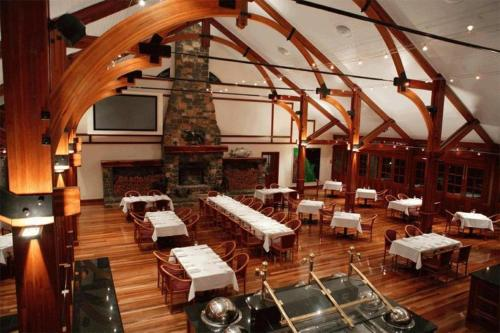 A restaurant or other place to eat at Tinaroo Lake Resort