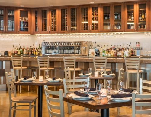 A restaurant or other place to eat at SpringHill Suites by Marriott Denver Downtown