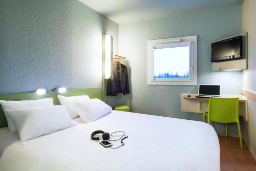 A bed or beds in a room at ibis budget Cabourg Dives sur Mer