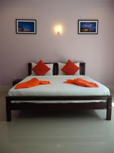 A bed or beds in a room at Bann Lhong Rak Krabi