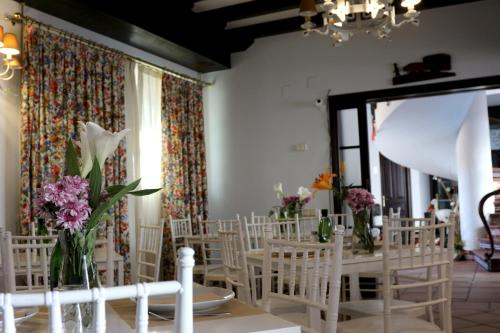 A restaurant or other place to eat at Palacio Doñana