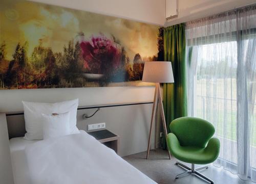 Кровать или кровати в номере Gut Heckenhof Hotel & Golfresort an der Sieg GmbH & Co. KG