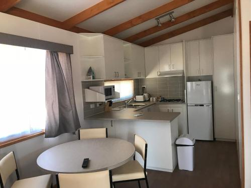 A kitchen or kitchenette at Great Western Motel