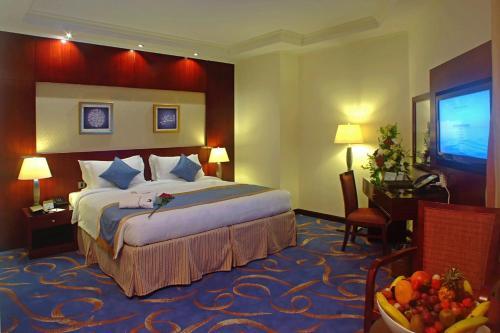 سرير أو أسرّة في غرفة في فندق الإيمان رويال