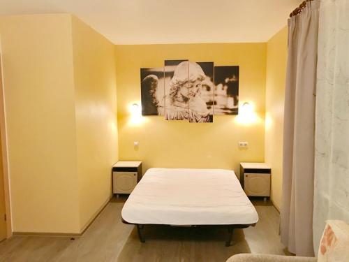 Кровать или кровати в номере RentSpb Yellow Apartments near Metro