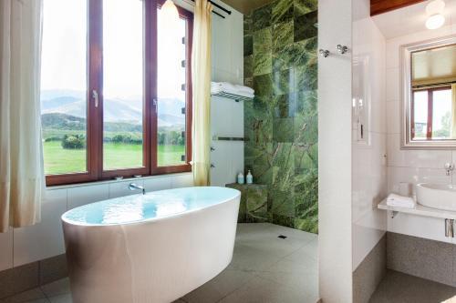 A bathroom at Hapuku Lodge & Tree Houses
