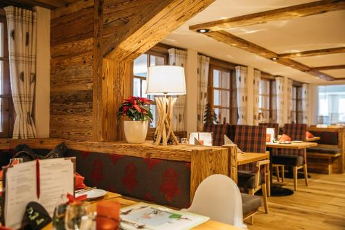 A restaurant or other place to eat at Hotel Viktoria