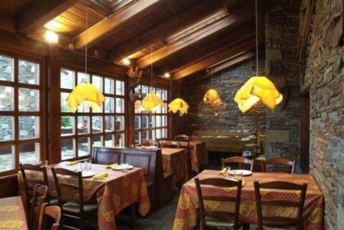 A restaurant or other place to eat at Hotel Chalet Bassibe by Silken