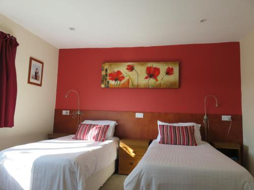 A bed or beds in a room at Cherry Lodge
