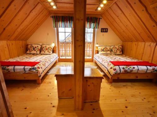 Łóżko lub łóżka w pokoju w obiekcie Uroczysko