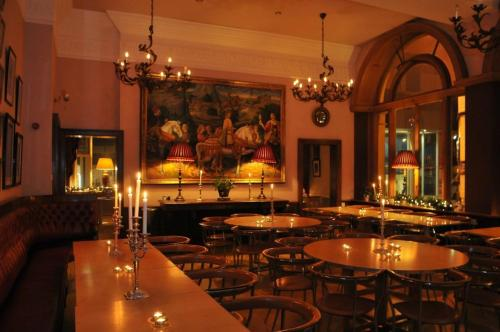 Un restaurante o sitio para comer en The Racquet Club