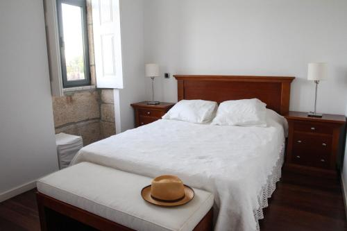 A bed or beds in a room at ARTS IN Country House Linha do Dão
