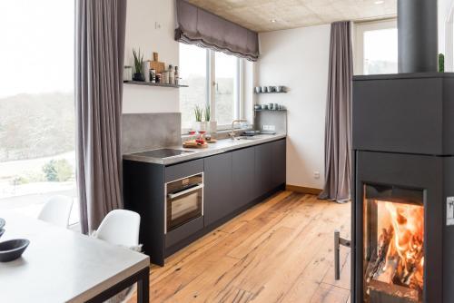 A kitchen or kitchenette at N8Quartier Eifel
