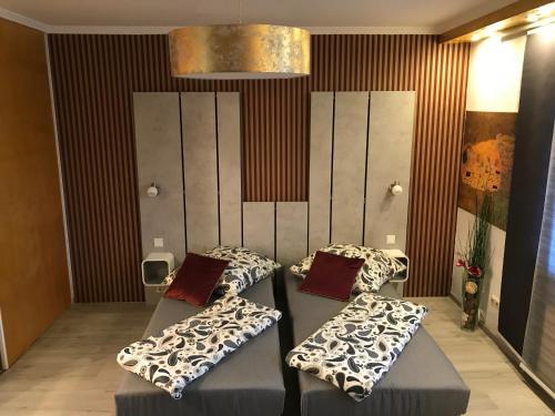 Ein Bett oder Betten in einem Zimmer der Unterkunft Eis Cafe Garibaldi