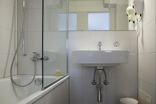 A bathroom at Olympia Hotel Zurich