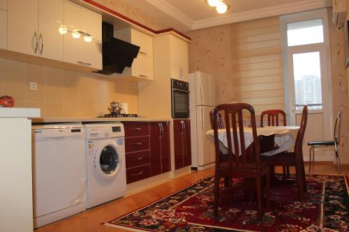 A cozinha ou cozinha compacta de Apartment at Jafar Khandan 54
