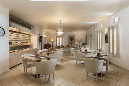 A restaurant or other place to eat at Porto Naxos