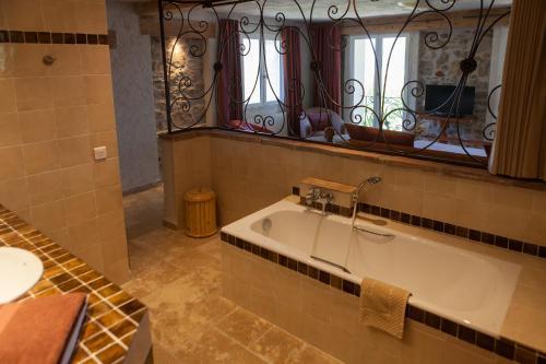 A bathroom at L' Escapade Hôtel & Restaurant
