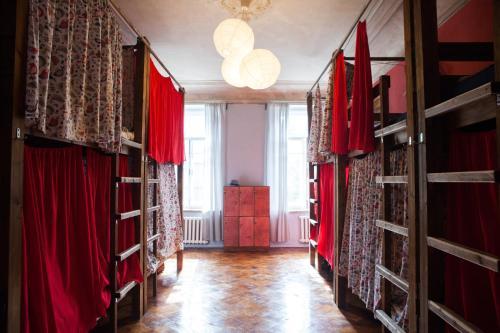 Двухъярусная кровать или двухъярусные кровати в номере Хостел Chickadee