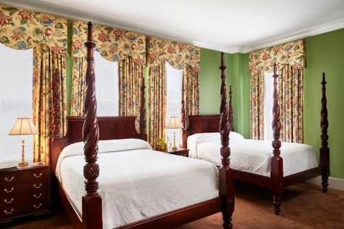 A bed or beds in a room at Planters Inn on Reynolds Square