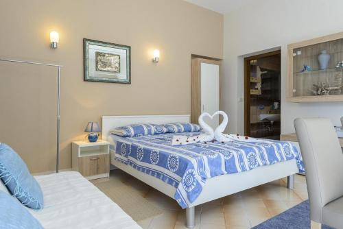 A bed or beds in a room at Apartments with a parking space Plat, Dubrovnik - 4792